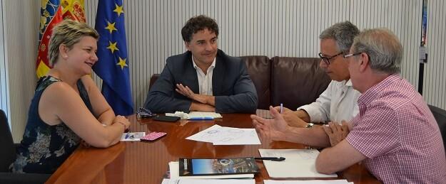 El secretario autonómico de la Agència Valenciana del Turisme se reúne con la diputada Pilar Moncho.