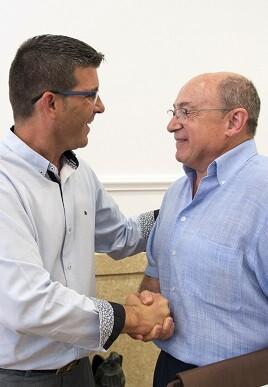 Jorge Rodríguez con el alcalde de Aras de los Olmos, Rafael Giménez.