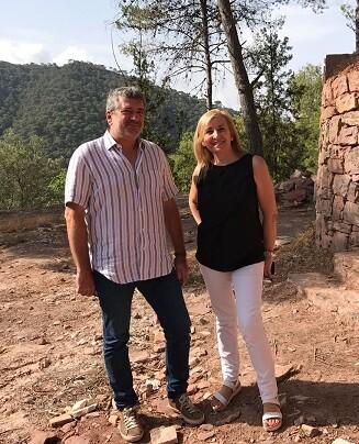 La alcaldesa de Serra, Alicia Tusón, y el diputado Josep Bort durante la visita a la Font de Sant Josep.