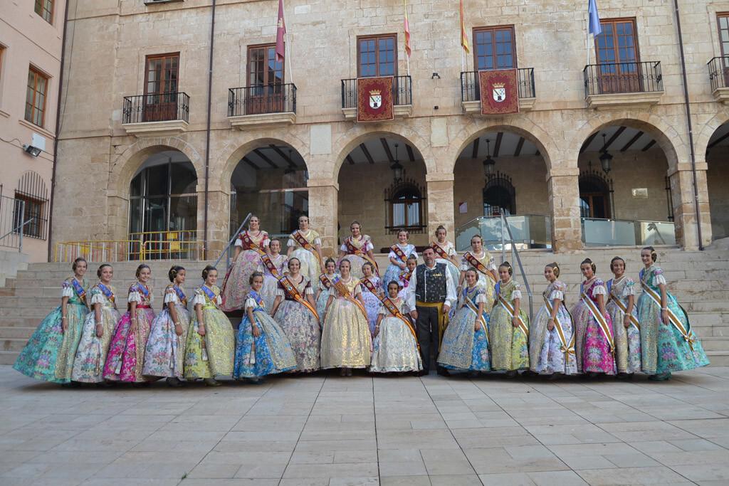 Las falleras mayores de Dénia y sus cortes de honor junto a la FMI de València y su corte