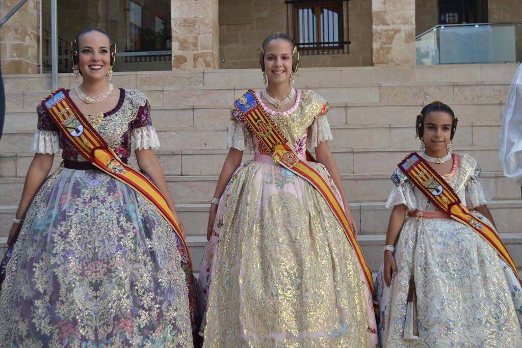 Melani y Carla junto a Clara María Parejo