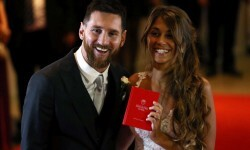 Argentine soccer player Lionel Messi and his wife Antonela Roccuzzo pose at their wedding in Rosario, Argentina, June 30, 2017. REUTERS/Marcos Brindicci     TPX IMAGES OF THE DAY