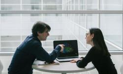 Los investigadores han analizado simultáneamente la compleja actividad neuronal de dos personas desconocidas que entablan una conversación por primera vez. / BCBL