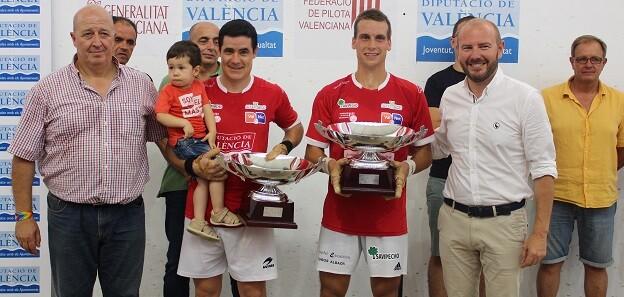 Toni Gaspar hace entrega de los trofeos en la III Copa Presidente de la Diputación de Valencia.