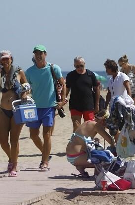 Turistas en una playa de València.
