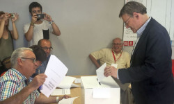 Ximo Puig votant a la seu socialista de Morella. / PSPV