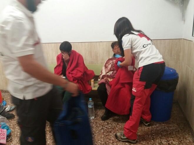 Cruz Roja atiende a los dos menores que han llegado a Torrevieja.E.M.