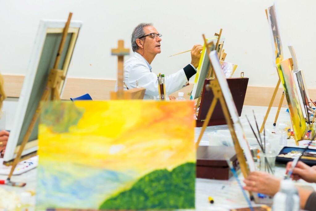 """Taller de pintura organitzat per l'Obra Social """"la Caixa"""", dedicat al pintor El Bosco coincidint amb el cinquè aniversari de la seva mort. El 22 de desembre de 2016 les obres realitzades s'expsen a l'EspaiCaixa Madrid situat al carrer Arapiles, 15. Posteriorment, els alumnes podran endur-se'ls a casa seva. L'objectiu d'aquests talelrs és que les persones grans tinguin una vellesa activa i mantinguin la seva autonomia."""