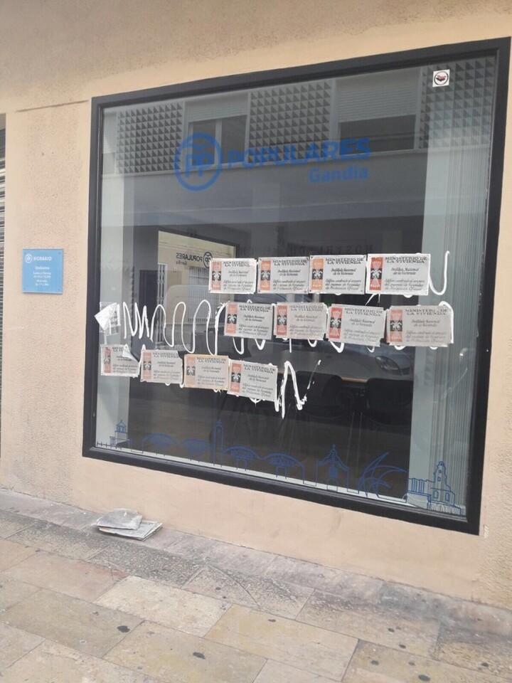 El PP valenciano condena las pintadas aparecidas en la sede del PP de Gandía (2)