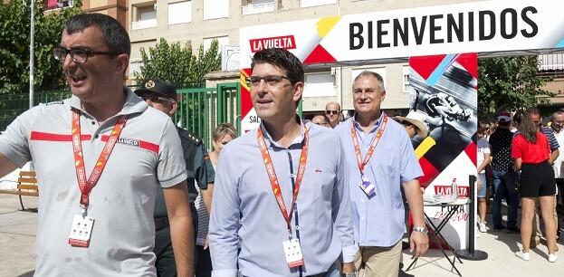 El presidente de la Diputación, Jorge Rodríguez, junto al director de la Vuelta, Javier Guillén, y el alcalde de Llíria, Manuel Civera.