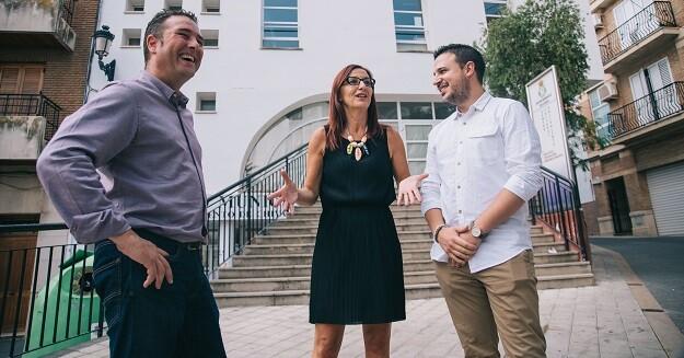 Maria Josep Amigó, el alcalde de Chiva, Emilio Morales, y otros concejales durante la reciente visita al municipio.