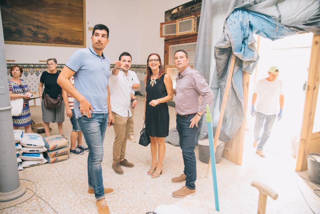 Maria Josep Amigó ha visitat la Casa de la Mutua acompanyada de l'alcalde de Xiva, Emilio Morales
