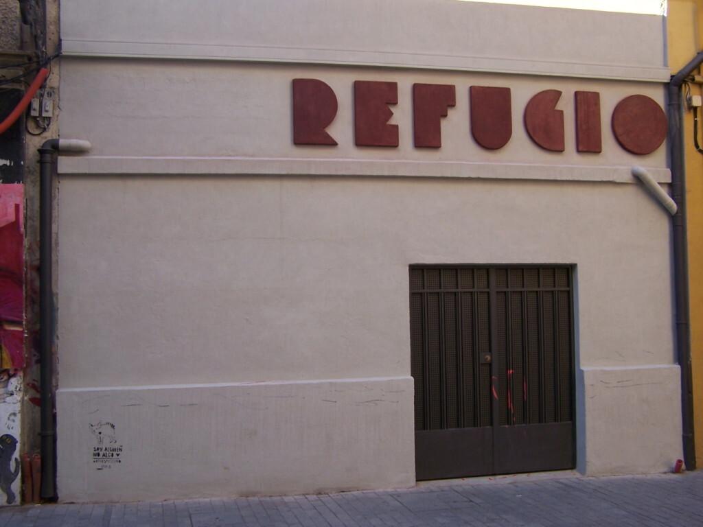 Pintadas en la fachada del refugio antiaéreo (BRL) de la calle Serranos (6)