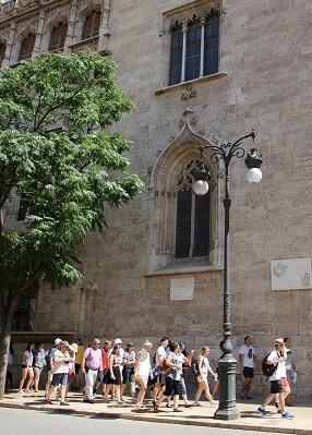 Turistas visitando la ciudad de Valencia.