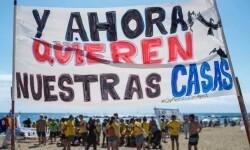 Unos 200 vecinos se manifiestan en la Barceloneta en contra de los pisos turísticos