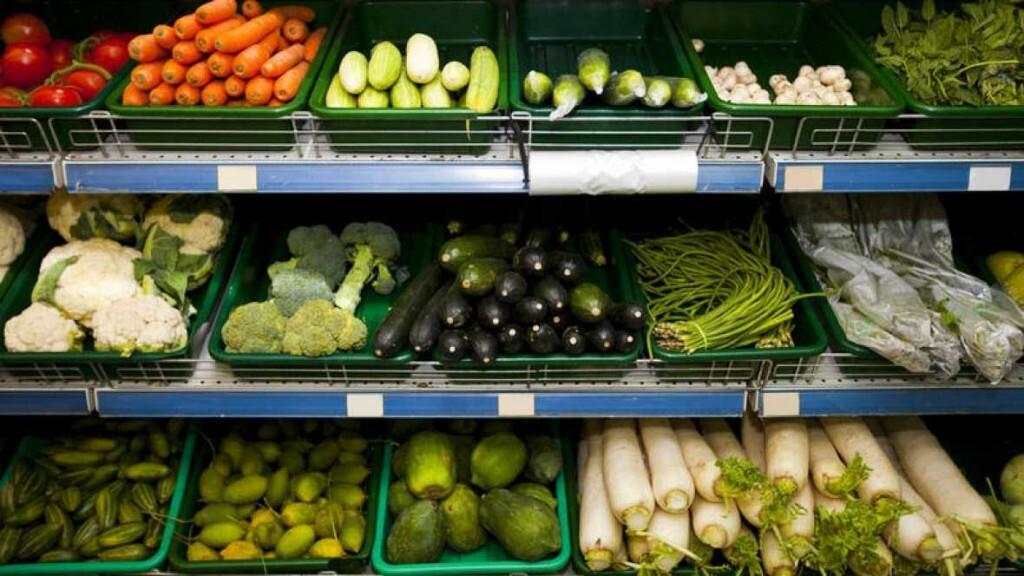 Verduras en el estante de un supermercado. THINKSTOCK