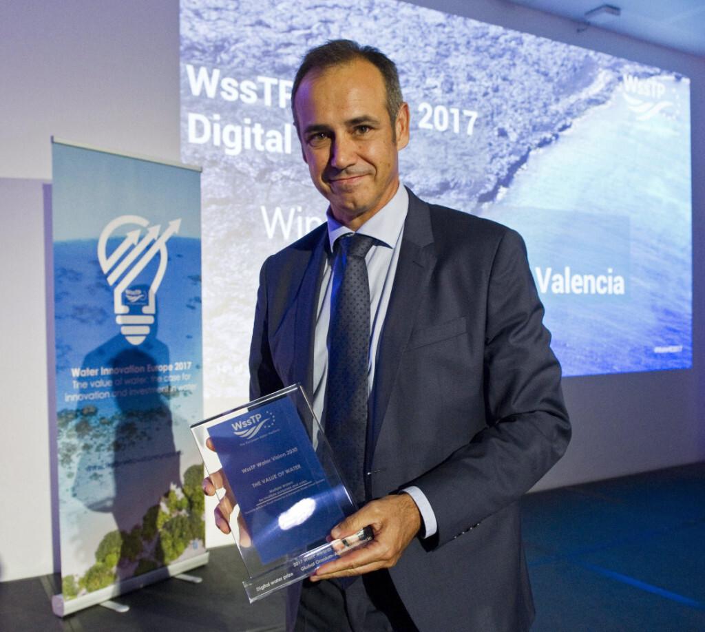 """GRA655. BRUSELAS (BÉLGICA), 14/06/2017.- El consejero delegado de Global Omnium, Dionisio García Comín, posa con el premio """"Digital Water"""" recibido durante la entrega de premios de la Plataforma Europea del Agua (WssTP), celebrada esta noche en Bruselas. EFE/Horst Wagner"""