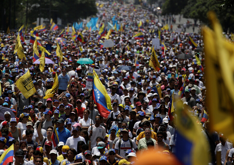 "Demonstrators rally during the so-called ""mother of all marches"" against Venezuela's President Nicolas Maduro in Caracas, Venezuela April 19, 2017. REUTERS/Marco Bello - RTS12ZAH"