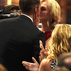 El polémico beso en la boca de Nicole Kidman a Alexander Skarsgård en los Emmy 2017