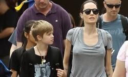 Angelina-Jolie-con-sus-hijos-en-Disney-9-e1499987583844