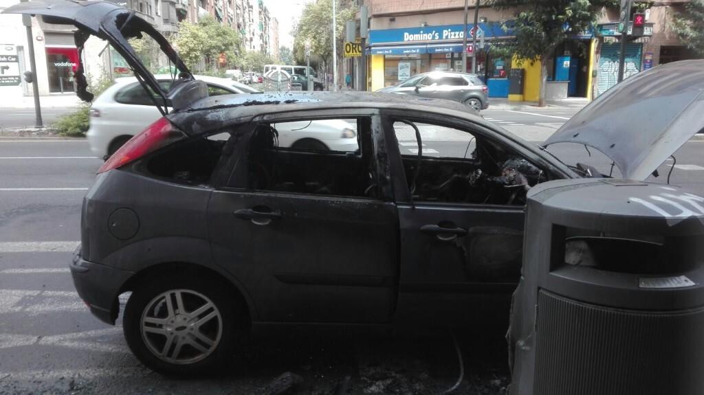 Arde un coche el Peset Aleixandre en Valencia (2)