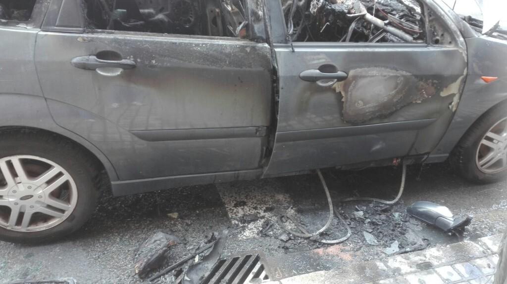 Arde un coche el Peset Aleixandre en Valencia (3)