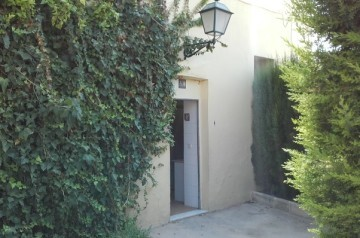 El Ayuntamiento renueva los baños de Viveros con material 'antivandalismo'.