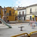 El cambio en la trama de la plaza de Benifaraig, donde ya han llegado los primeros juegos infantiles, ya es visible.