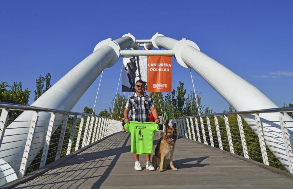 El campeón paralímpico David Casinos - padrino de la CAN-RRERA junto a Farala y la camiseta oficial de la quinta edición