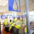 Emivasa y la Asociación de vecinos de Torrefiel realizan una cata de agua a ciegas en la potabilizadora de Picassent.