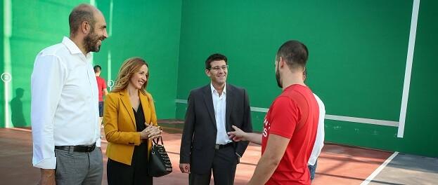 Jorge Rodríguez visita las instalaciones deportivas de Museros junto a su alcaldesa, Cristina Civera.