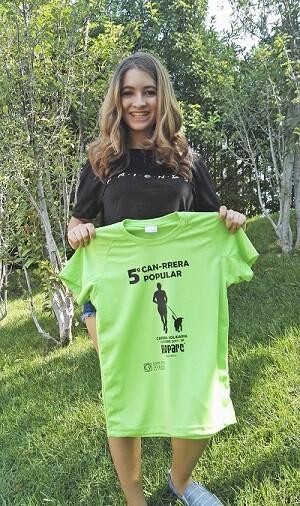 La actriz Carlota Boza con la camiseta oficial de la 5ª CAN-RRERA de Valencia