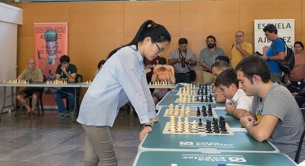La campeona del mundo 2016 Hou Yifan dando una simultánea en la Sala del Ajedrez Valencia Cuna.