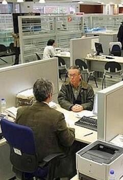 Oficina con empleados públicos.