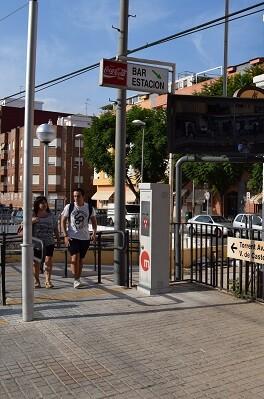 Pasarela peatonal de la estación.