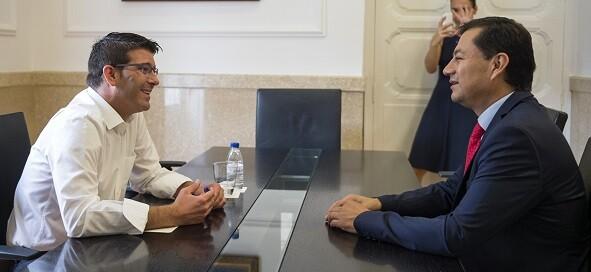 Rodríguez con el consul de Ecuador.