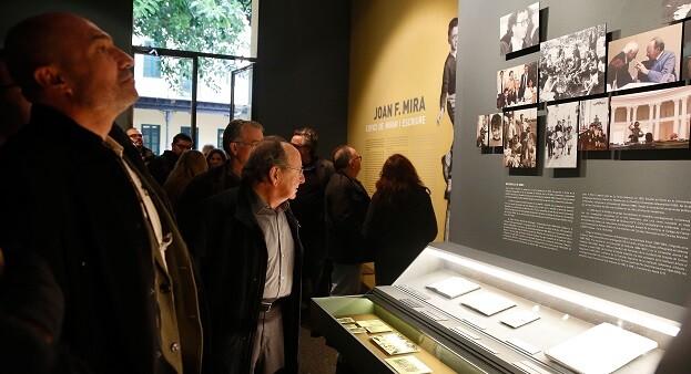 Xavier Rius y J. F. Mira durante la inauguración de la muestra al Museu d'Etnologia.