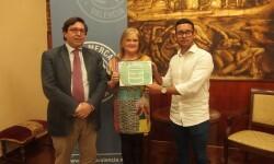 La presidenta del Ateneo, Carmen de Rosa con el ganador del proyecto elegido en la pasada edición