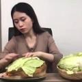 Una joven china mostró cómo cocinar un pollo en la oficina con herramientas del trabajo