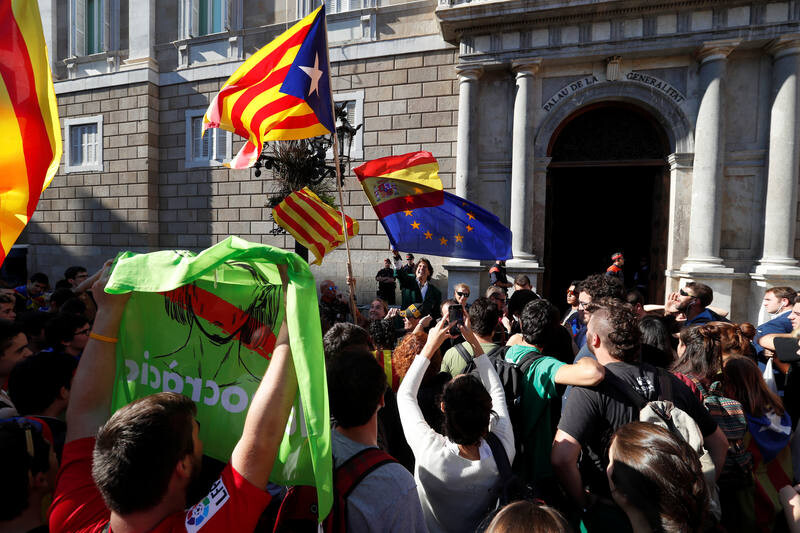 Alvaro de Marichalar waves Spanish and European flags in front of pro-independence protestors outside the Generalitat Palace, the regional government headquarters, in Barcelona, Spain, October 26, 2017.  REUTERS/Yves Herman
