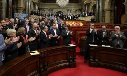 El Parlament aprueba y declara la independencia de Cataluña.