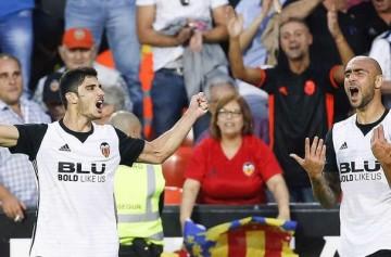 El Valencia golea al Sevilla (4-0).