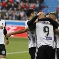 El Valencia sigue impone al Alavés (1-2).