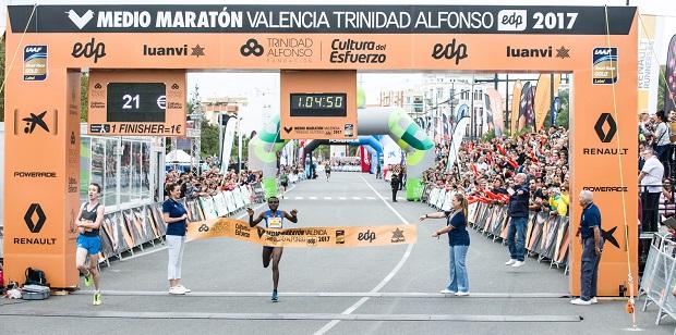 Joyciline Jepkosgei bate el récord mundial femenino en València con un tiempo de 1.04.51 y Trihas Gebre consigue el récord nacional femenino 1.09.57