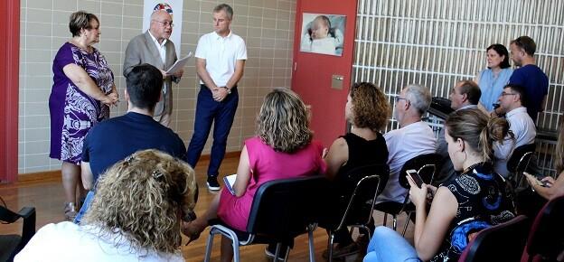La diputada Mercedes Berenguer y el gerente Juan Domene detallan en l'Eliana las mejoras en consultas.