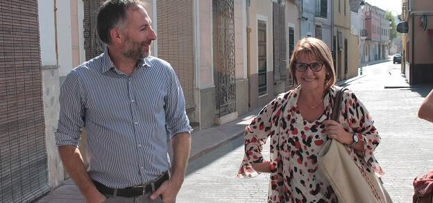 La diputada de Asesoramiento Municipal Conxa García y el alcalde de l'Ènova Tomás Giner.