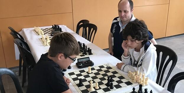 Los dos primeros clasificados del torneo bajo la atenta mirada de uno de los arbitros.