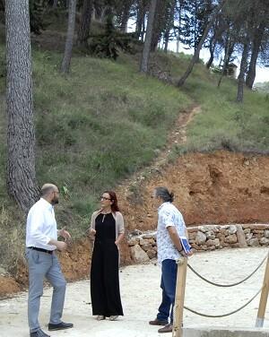 Maria Josep Amigó durante la visita al Barranc de la Candella de Agullent, acompañada por el alcalde Jesús Pla. - copia