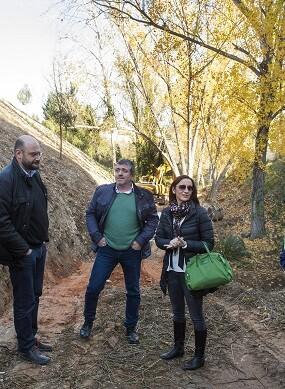 Maria Josep Amigó, y el diputado Josep Bort durante una visita a la zona forestal de Agullent.