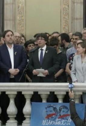 Puigdemont junto a miembros de su Govern.